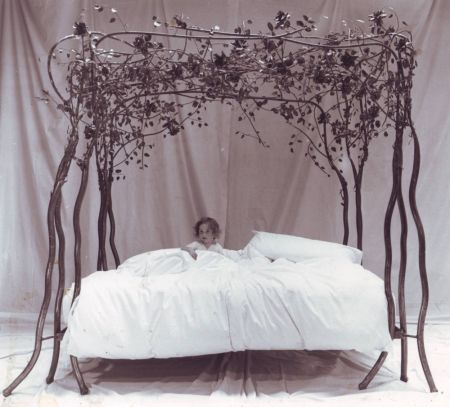 roses and ivy four poster bed with 12 stems